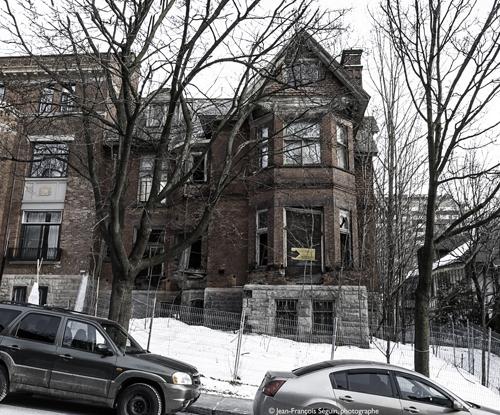 La maison Redpath est une des rares maisons d'architecture Queen Anne encore présente à Montréal. Elle se démarque par ses jeux de briques rouges, ses ardoises, ses multiples pignons et sa haute cheminée.