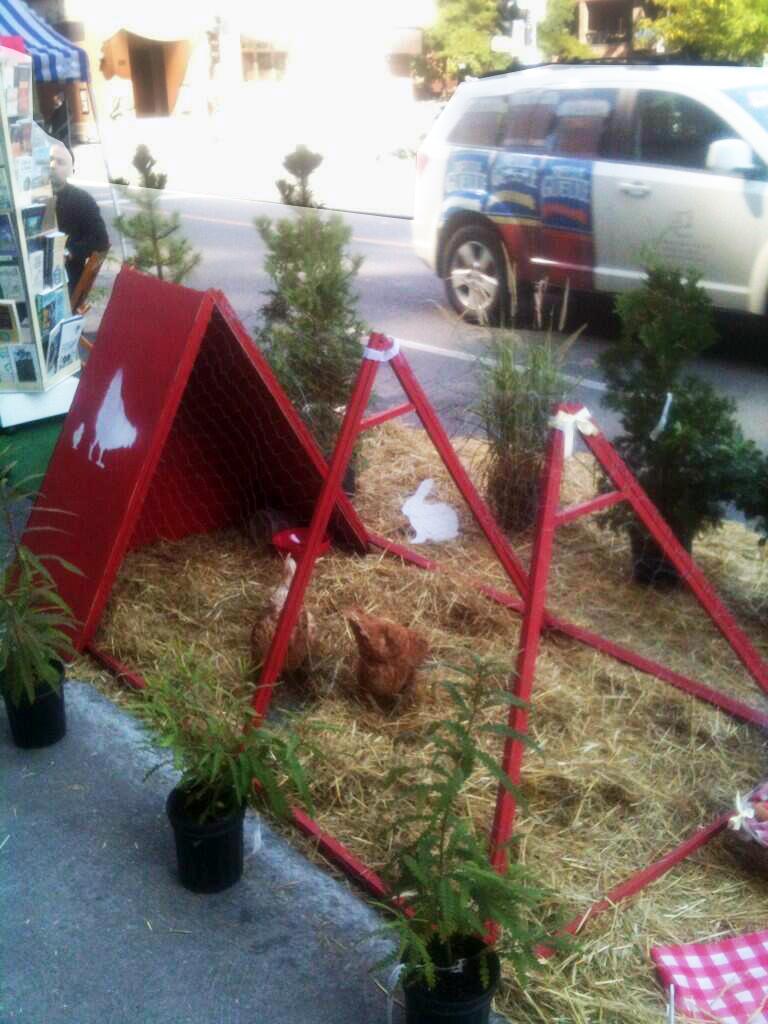 Centre d'Écologie Urbaine nous propose des poules, au coin Parc et St-Urbain