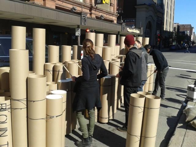 Blouin Tardif architecte environnement font vibrer les passants avec leur installation faite de tubes