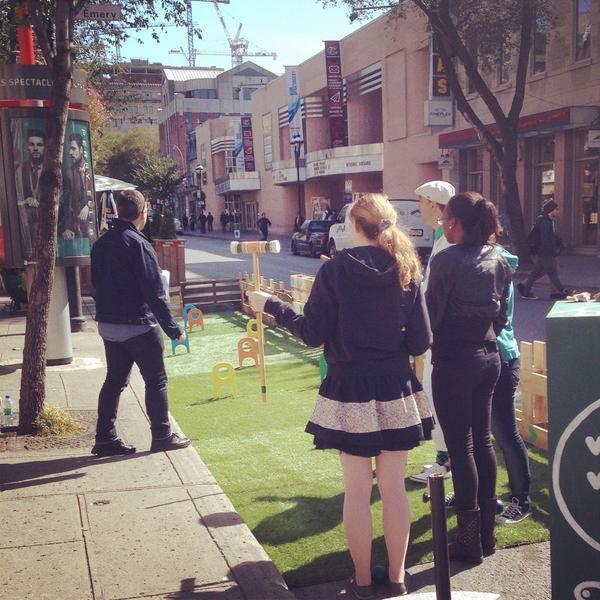 jouer au croquet ds la rue! Concept @stm_nouvelles